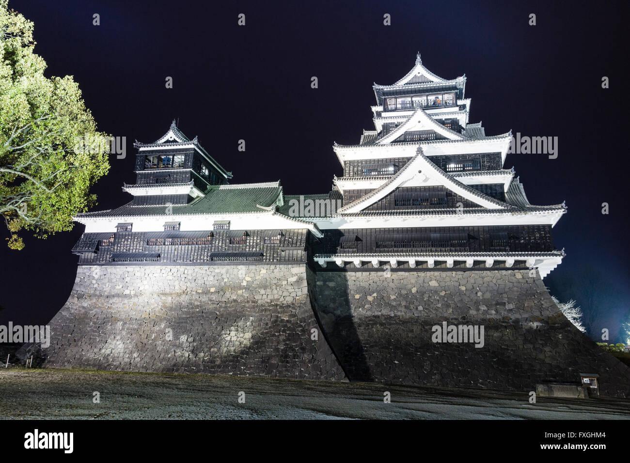 Japan, Kumamoto castle. The main double keep, Daitenshu and Shotenshu, greater and lesser keeps, illuminated at - Stock Image