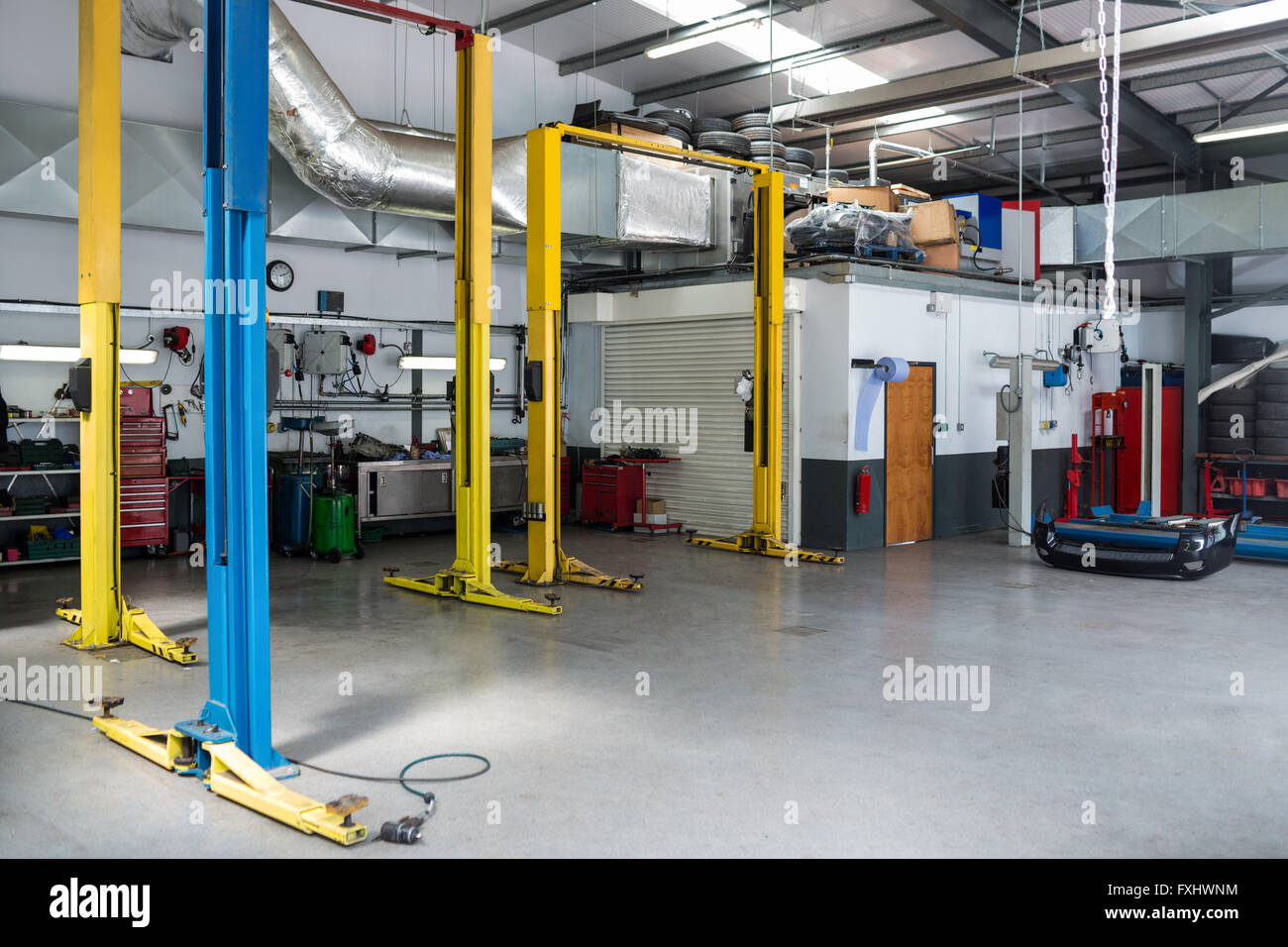 Auto repair garage stock photo 102426288 alamy for Garage reparation auto