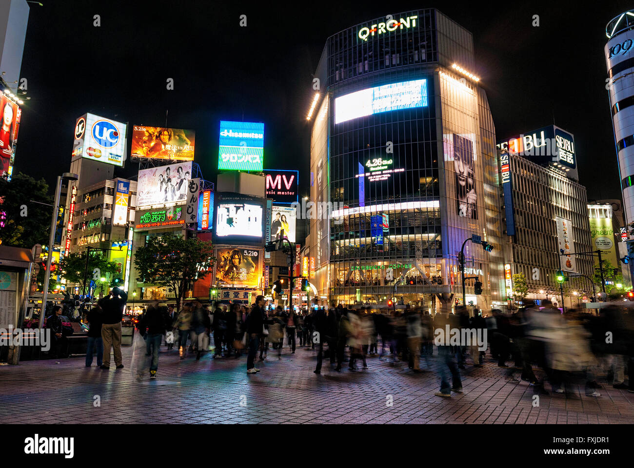 hachiko crossing in busy shibuya area of tokyo japan at night - Stock Image