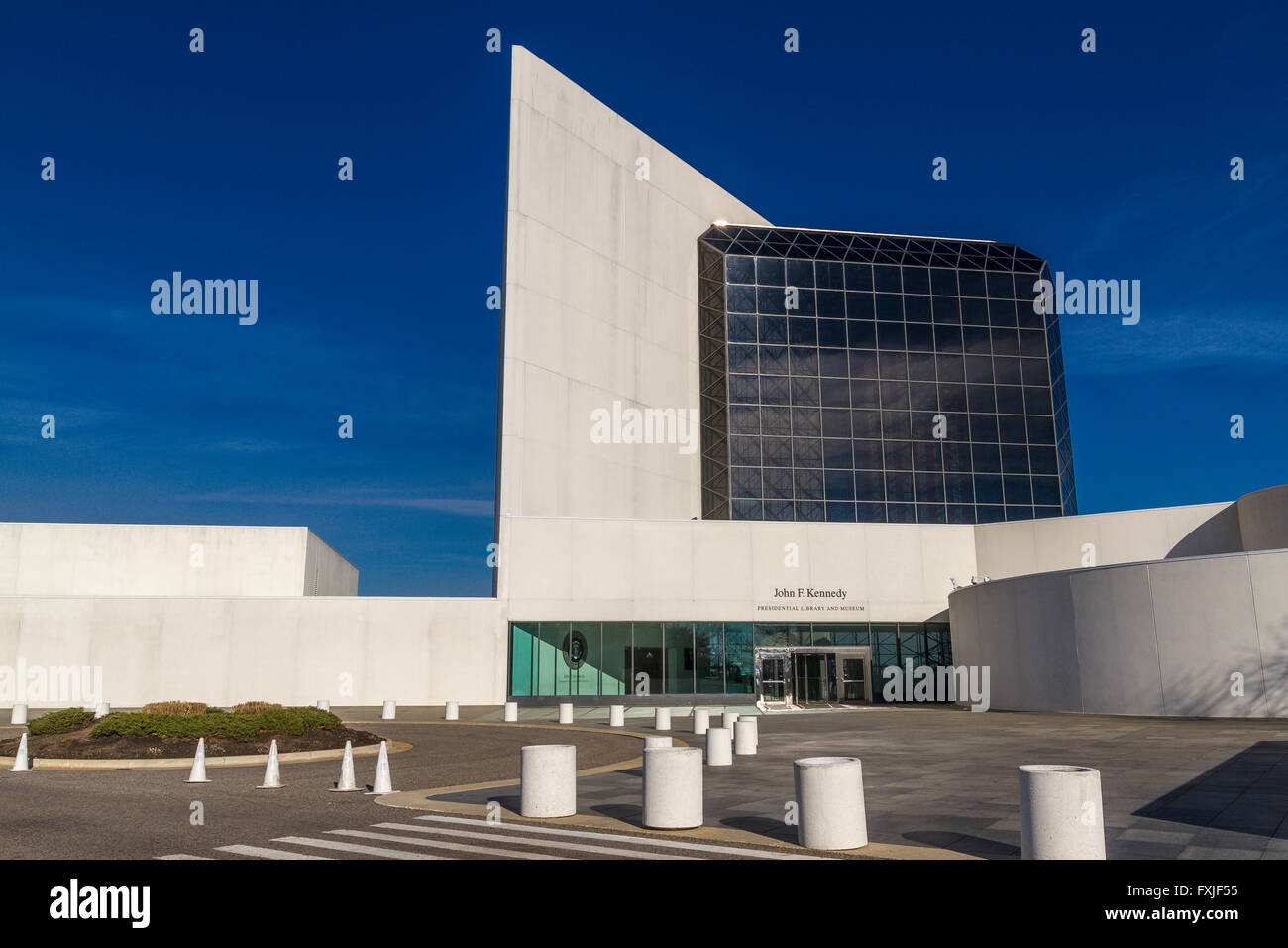 The Abstract angles and curves and large glass atrium of The John F. Kennedy Presidential Library and Museum, Boston - Stock Image