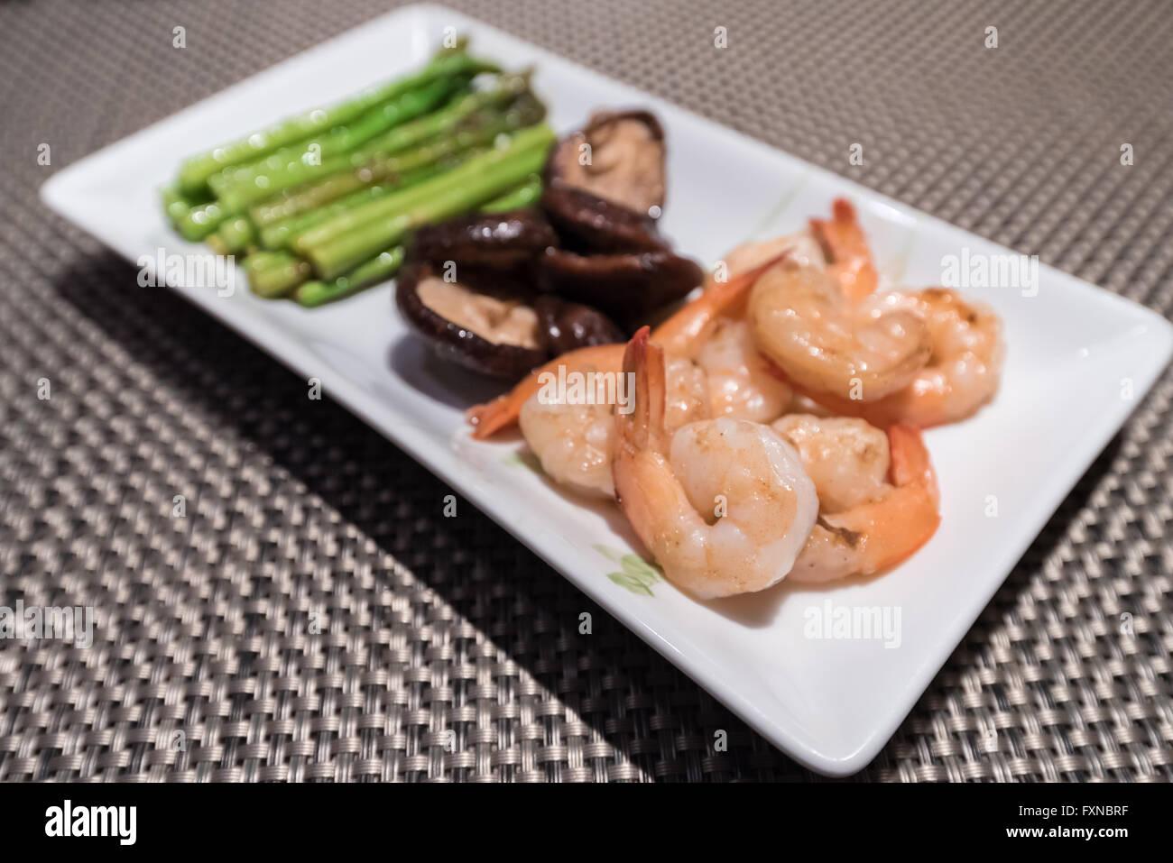 Prawns teppanyaki with asparagus and mushroom - Stock Image