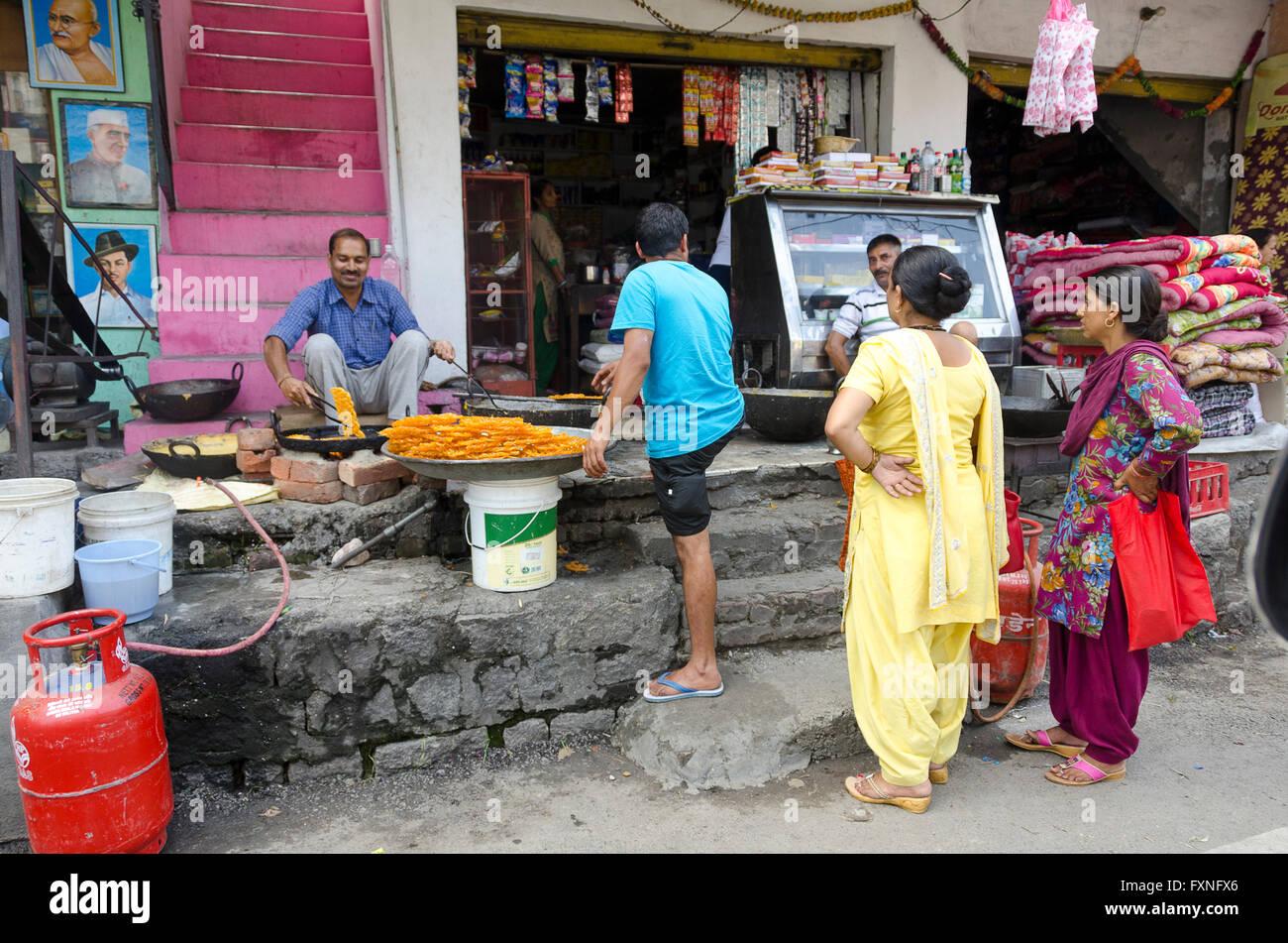 Roadside stall making jelabis, near Dharamsala, Kangra Distict, Himachal Pradesh, India, - Stock Image
