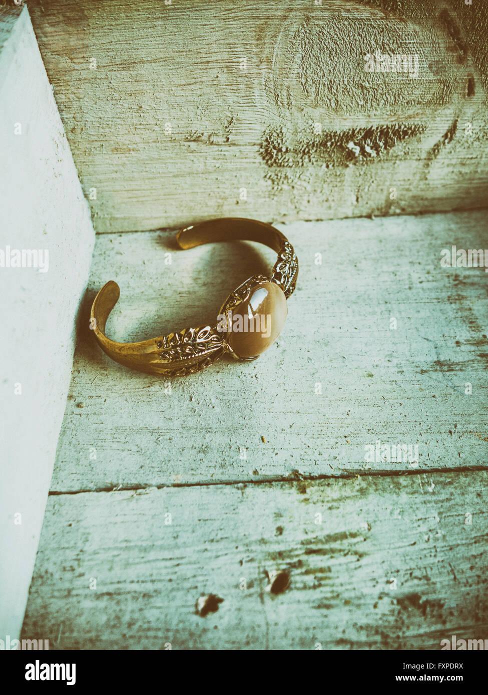 Old golden bracelet in a wooden box - Stock Image