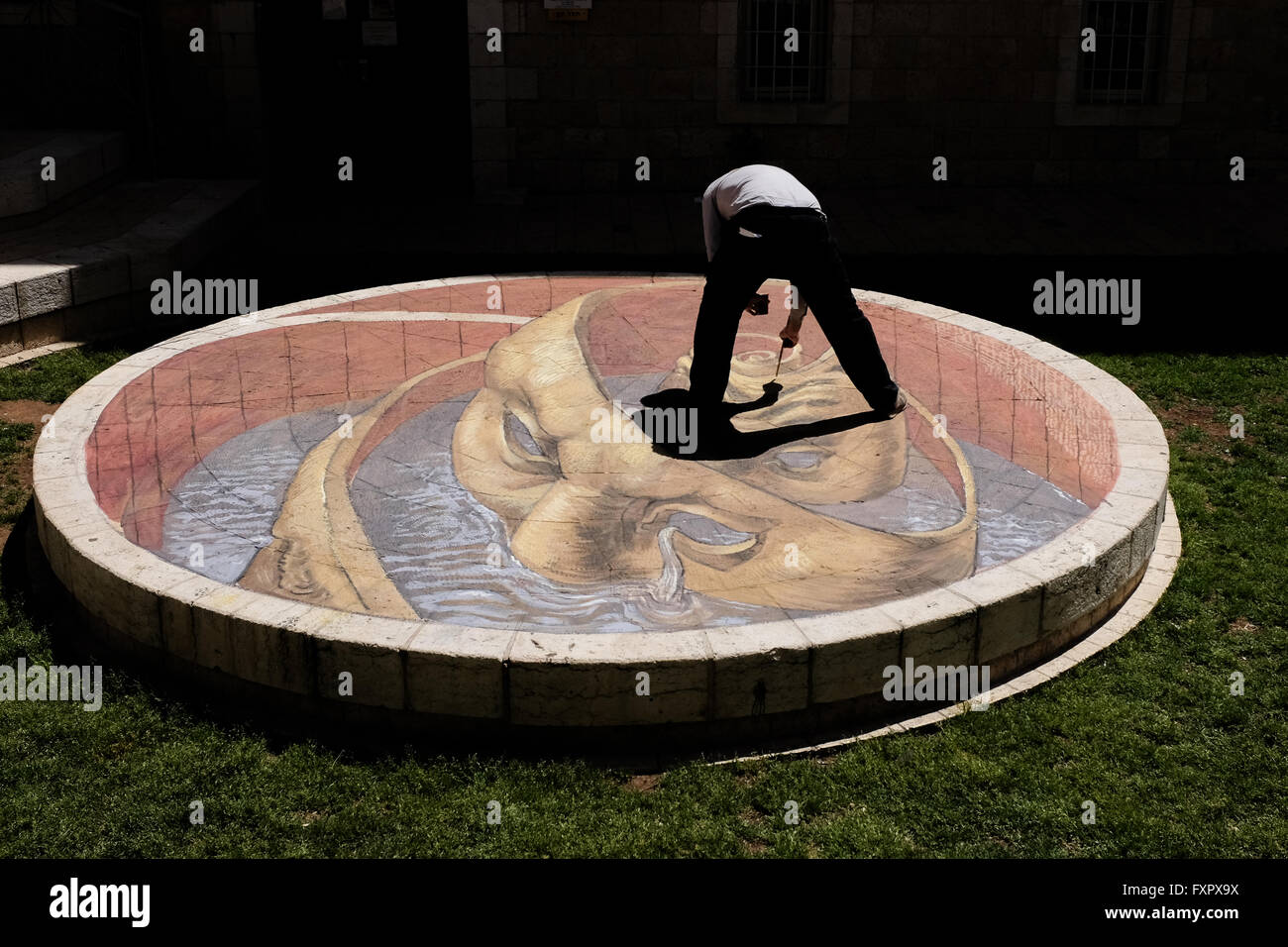 Jerusalem, Israel. 17th April, 2016. Argentinian artist, EDUARDO RELERO, prepares a three dimensional painting in - Stock Image
