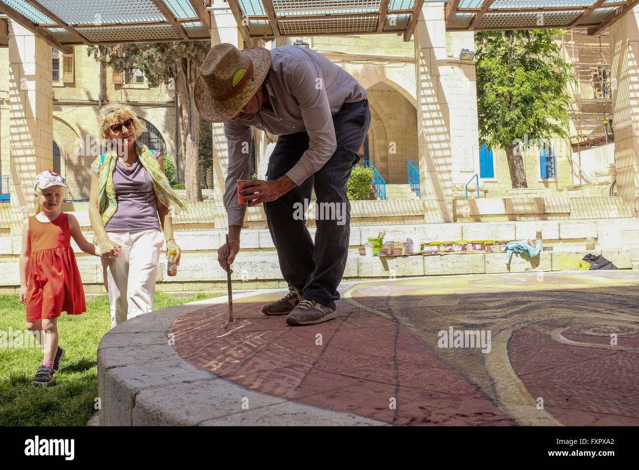 Jerusalem, Israel. 17th April, 2016. Onlookers watch as Argentinian artist, EDUARDO RELERO, prepares a three dimensional - Stock Image