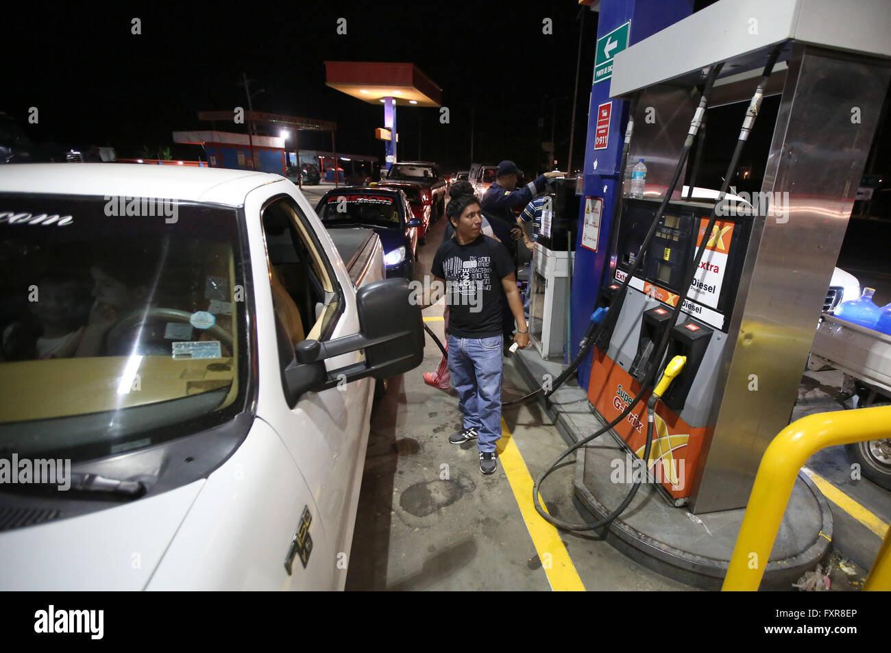 Manta, Ecuador. 17th Apr, 2016. Residents wait to buy fuel in Manta, Ecuador, on April 17, 2016. The number of victims - Stock Image