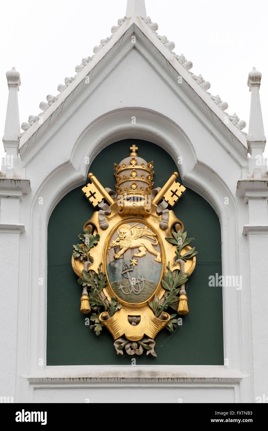 Deutschland, Nordrhein-Westfalen, Bad Lippspringe, Brunnenhaus der Liborius-Heilquelle, farbig gefasstes Wappen - Stock Image
