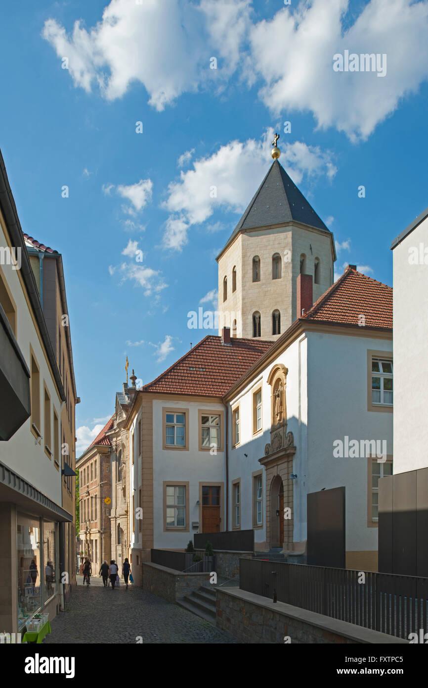 Deutschland, Nordrhein-Westfalen, Paderborn, Blick durch die Gasse Grube zum Markt, rechts das ehemalige Gaukirchenkloster - Stock Image