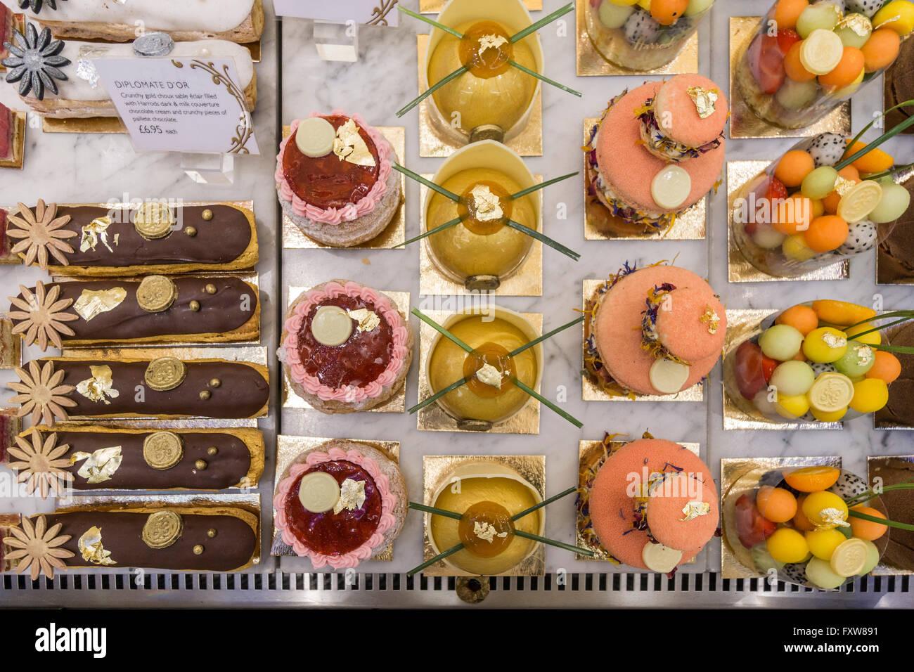 UK, England, London, Knightsbridge, Harrods, Display of Cakes - Stock Image