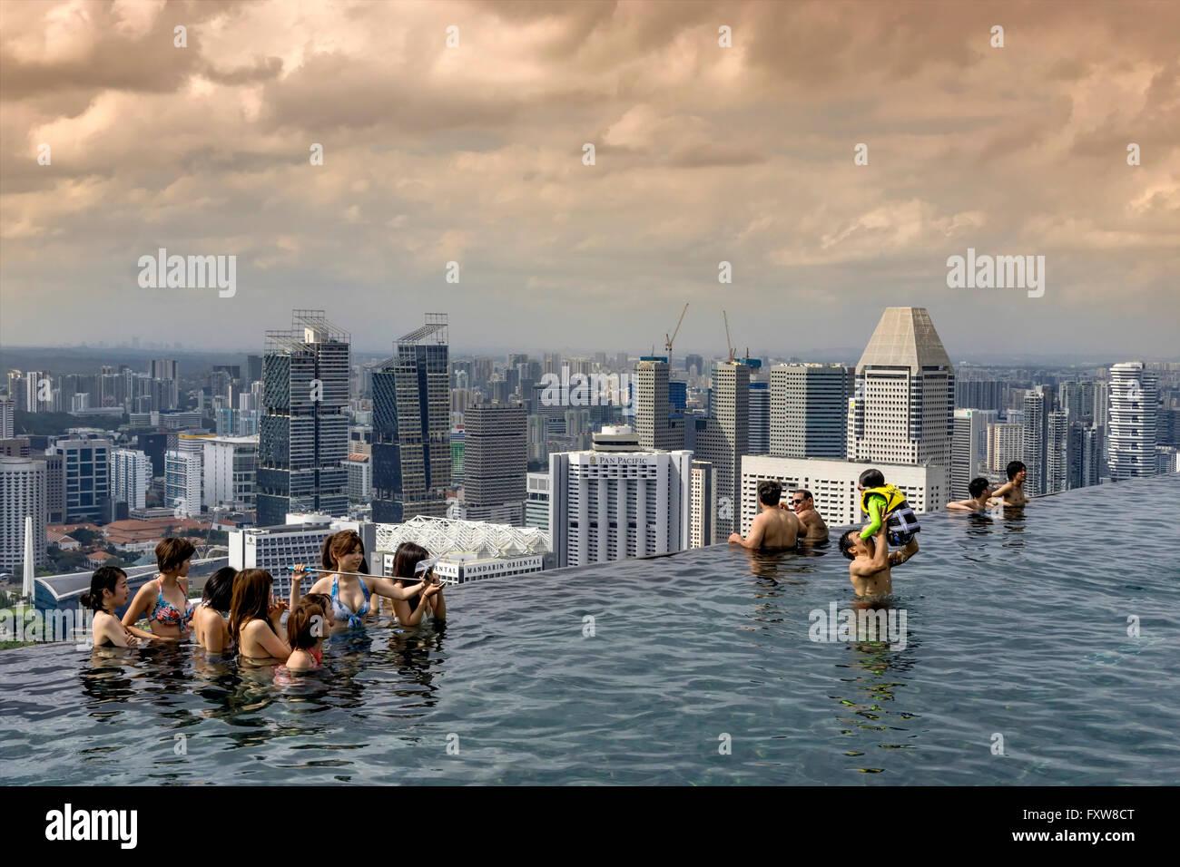Marina Bay Sands , Infinity pool, Roof Terasse, Marina Bay, Singapore, Singapur, Southest Asia, - Stock Image