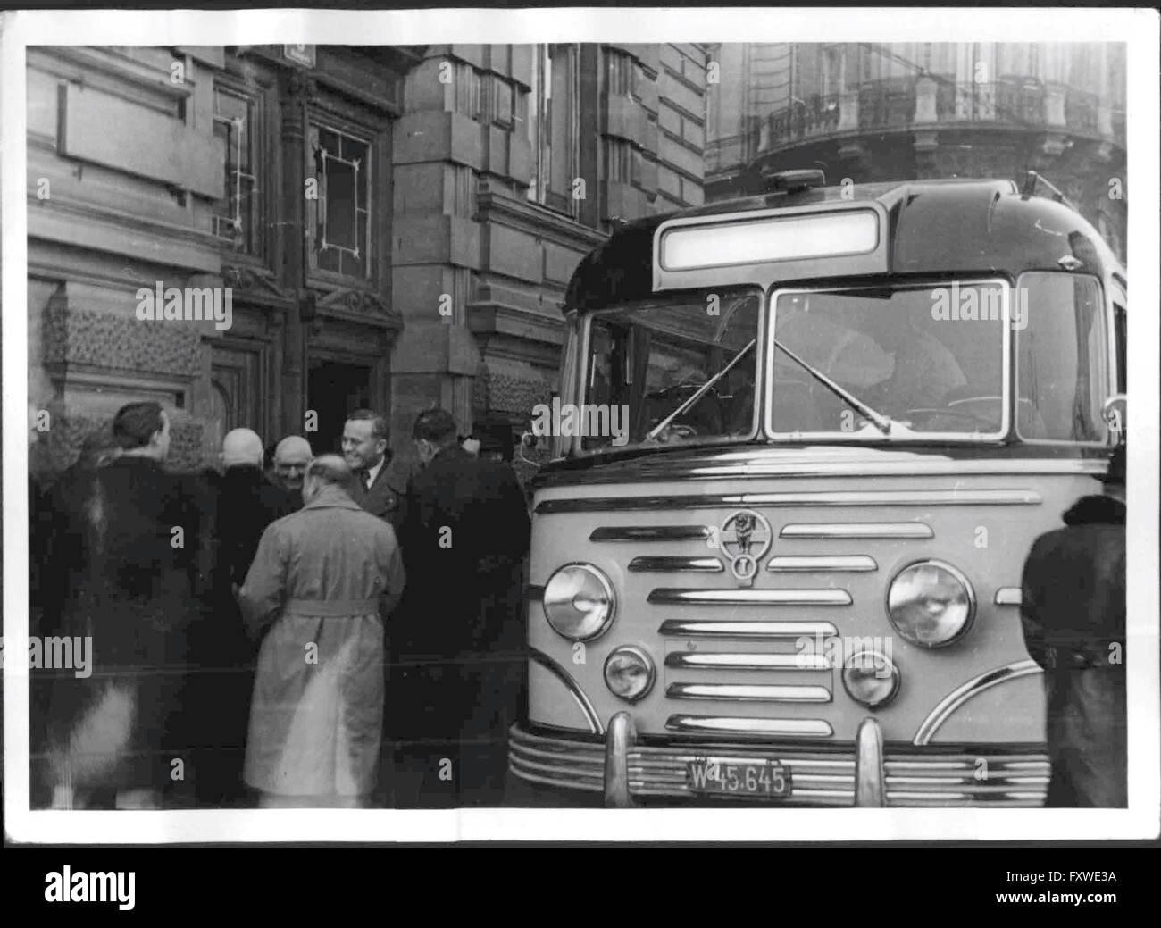 Erste Fahrt des neuen Postautobusses - Stock Image