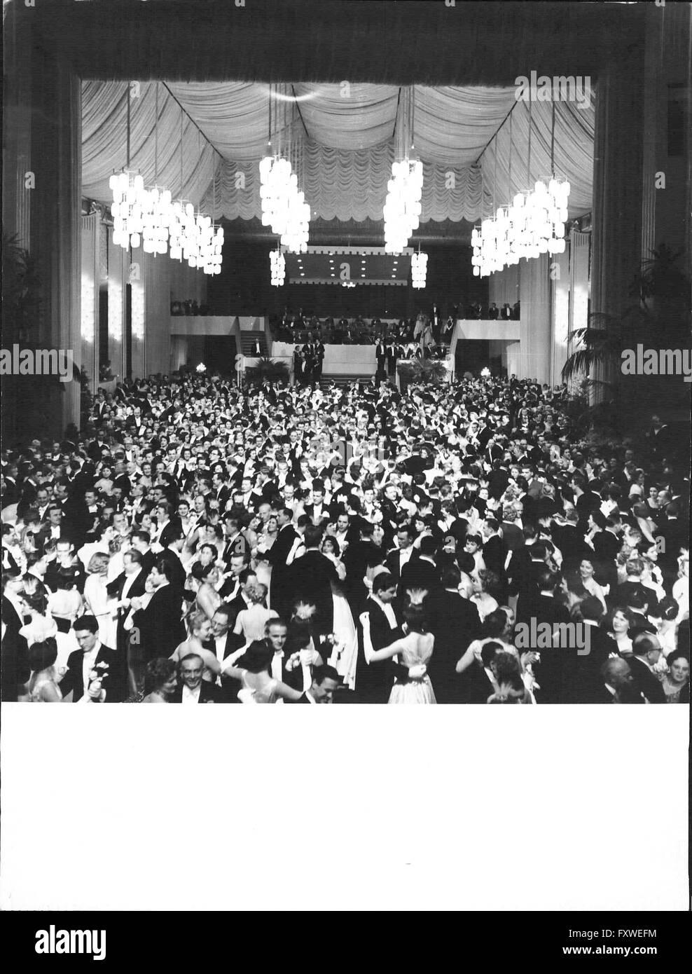 Wiener Opernball - 1957, Blick auf den mit tanzenden ... - Stock Image
