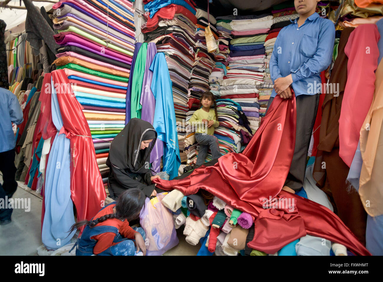 Shopping for fabrics to make wedding dress in Mandawi Bazaar, Kabul, Afghanistan - Stock Image