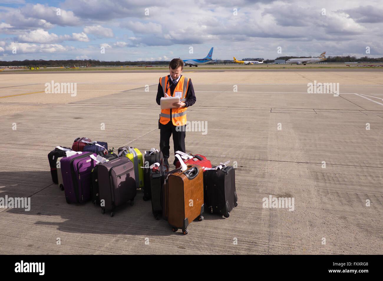 Baggage handler airside at Gatwick Airport in Surrey K - Stock Image