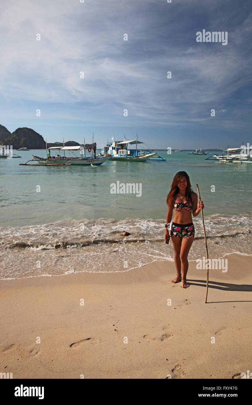 YOUNG WOMAN IN BIKINI & BOATS EL NIDO PALAWAN PHILIPPINES 25 April 2015 - Stock Image