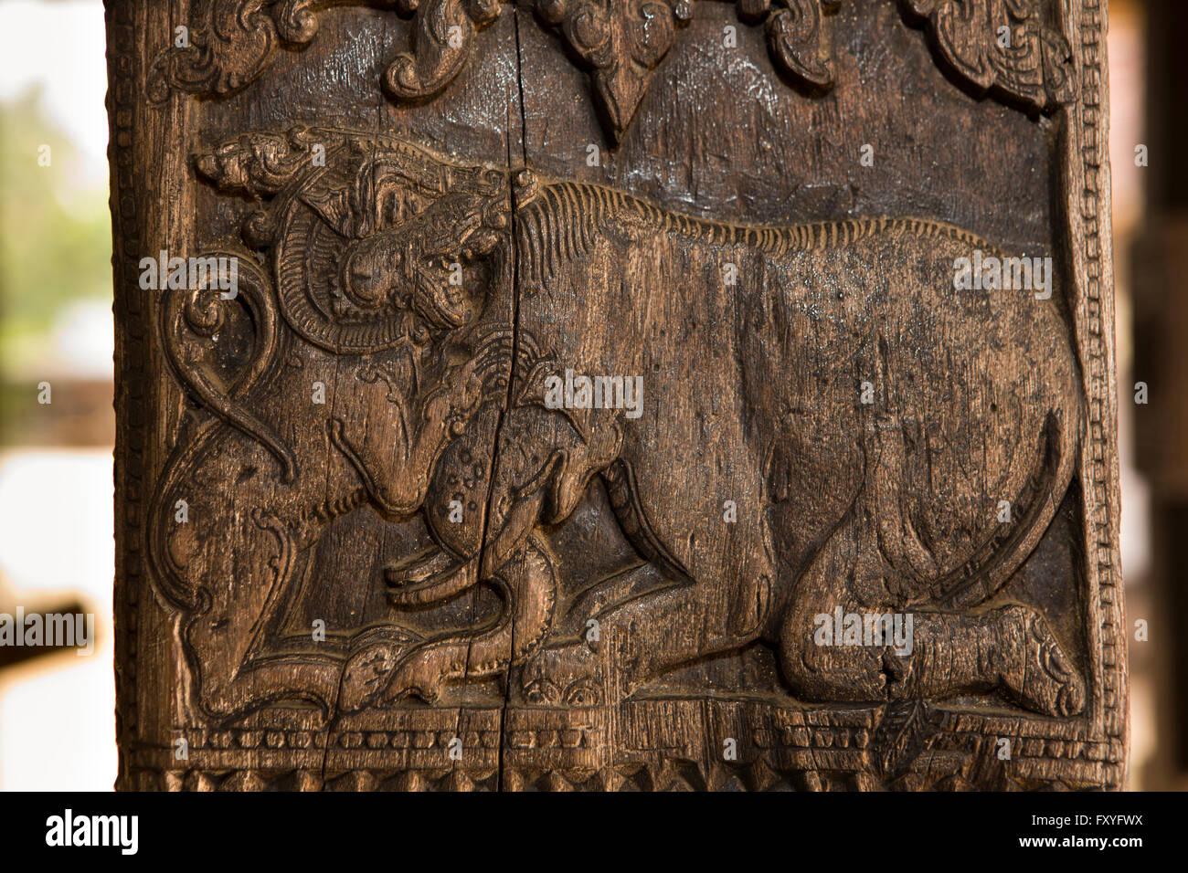 Sri Lanka, Kandy, Embekke Devale, digge pavilion, lion fighting elephant carving on wooden pillar Stock Photo