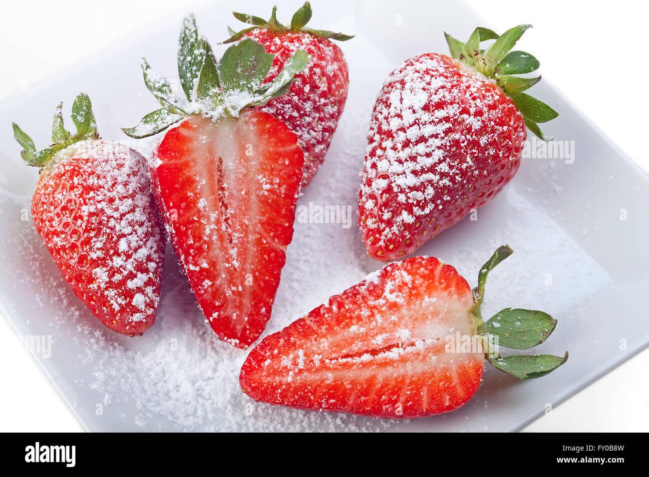 Handvoll Erdbeeren isoliert auf weiss - Stock Image