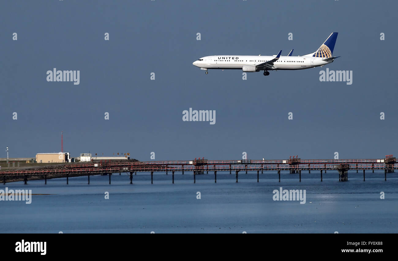 United Airlines Boeing 737-800 arrives at San Francisco International Airport. - Stock Image