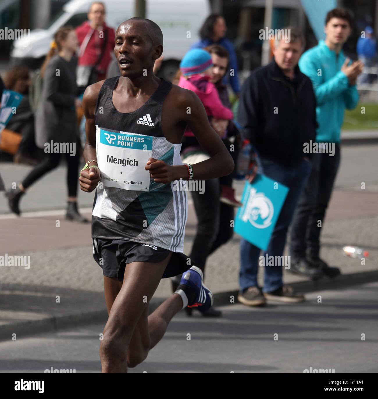 Richard Mengich, eventual winner, in the 2016 Berlin half-marathon near Potsdamer Platz - Stock Image