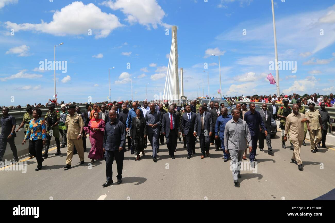 (160419) -- DAR ES SALAAM, April 19, 2016 (Xinhua) -- Tanzanian President John Magufuli (C) walks on the Kigamboni - Stock Image