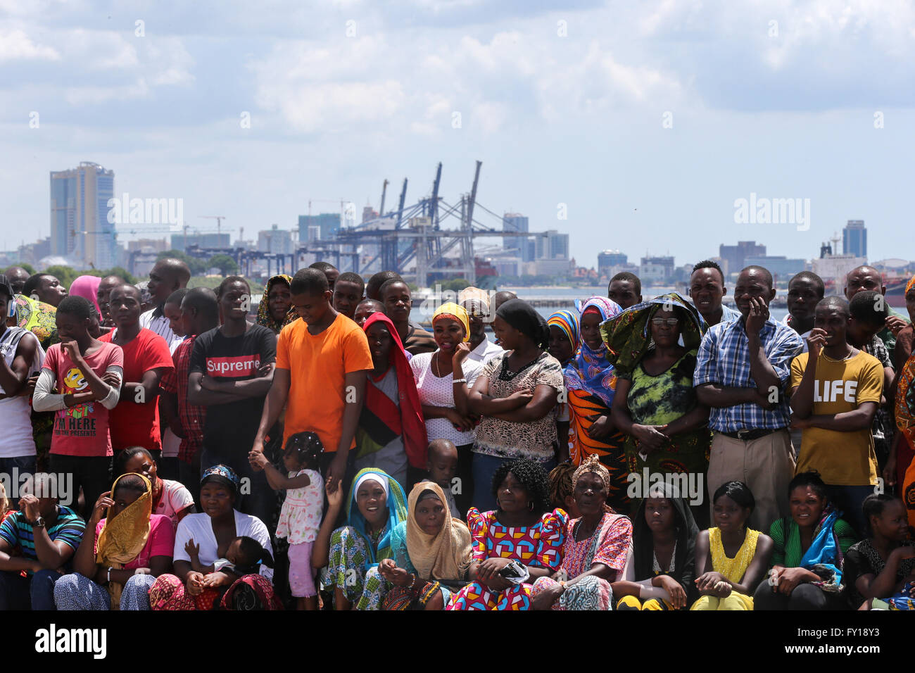 (160419) -- DAR ES SALAAM, April 19, 2016 (Xinhua) -- Local people gather to attend the inauguration of Kigamboni - Stock Image