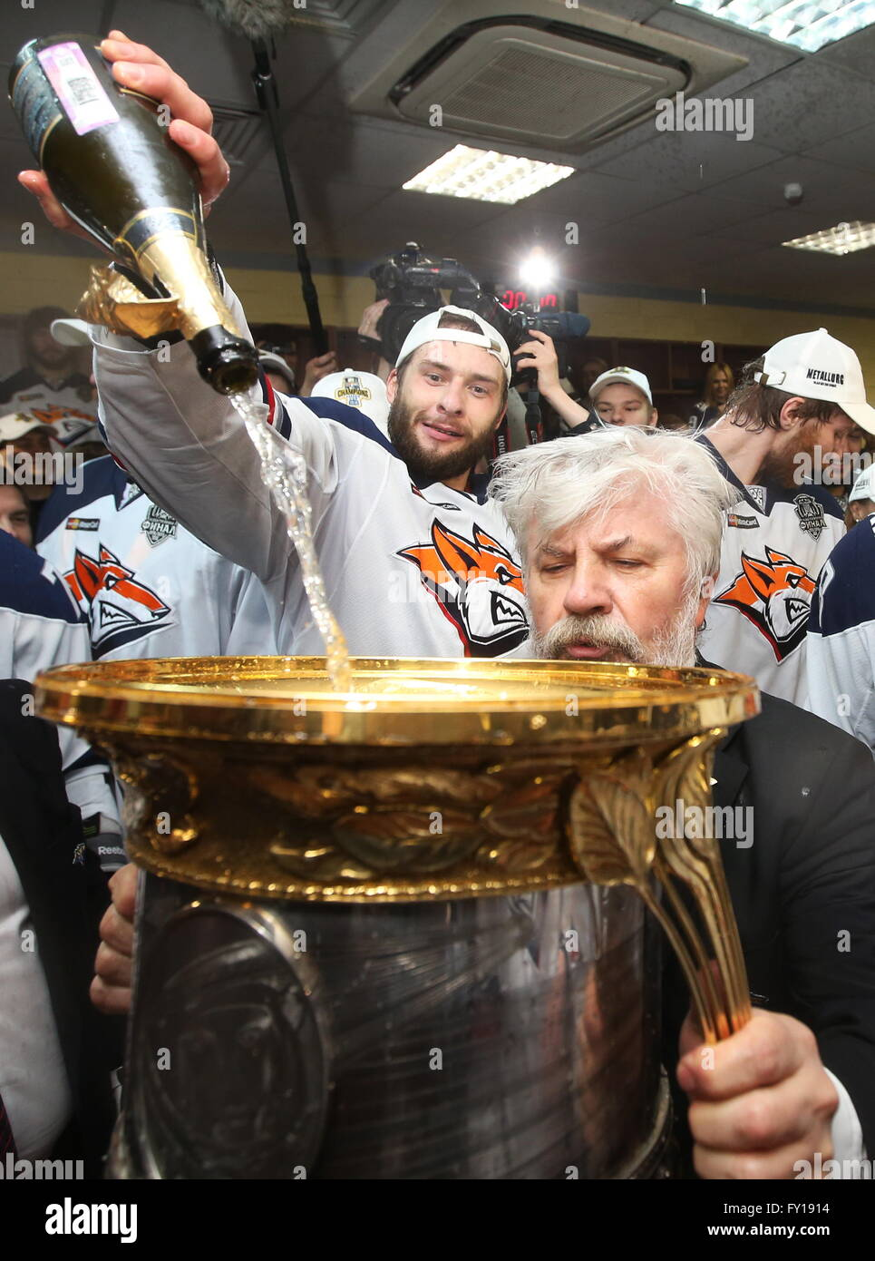 Moscow, Russia. 19th Apr, 2016. HC Metallurg Magnitogorsk vice president Gennady Velichkin (front) drinks champagne - Stock Image
