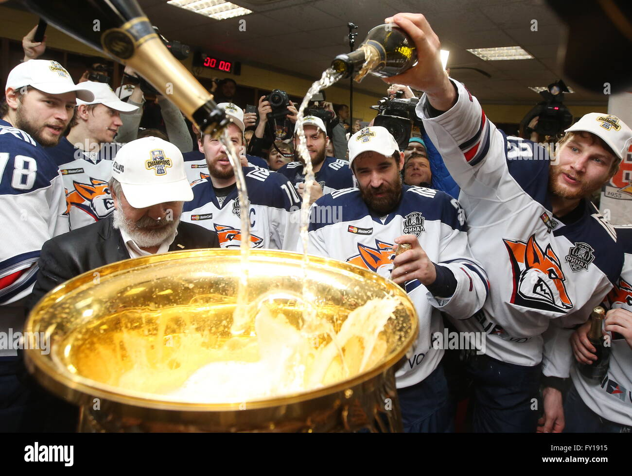 Moscow, Russia. 19th Apr, 2016. HC Metallurg Magnitogorsk vice president Gennady Velichkin (L front) and Metallurg's - Stock Image