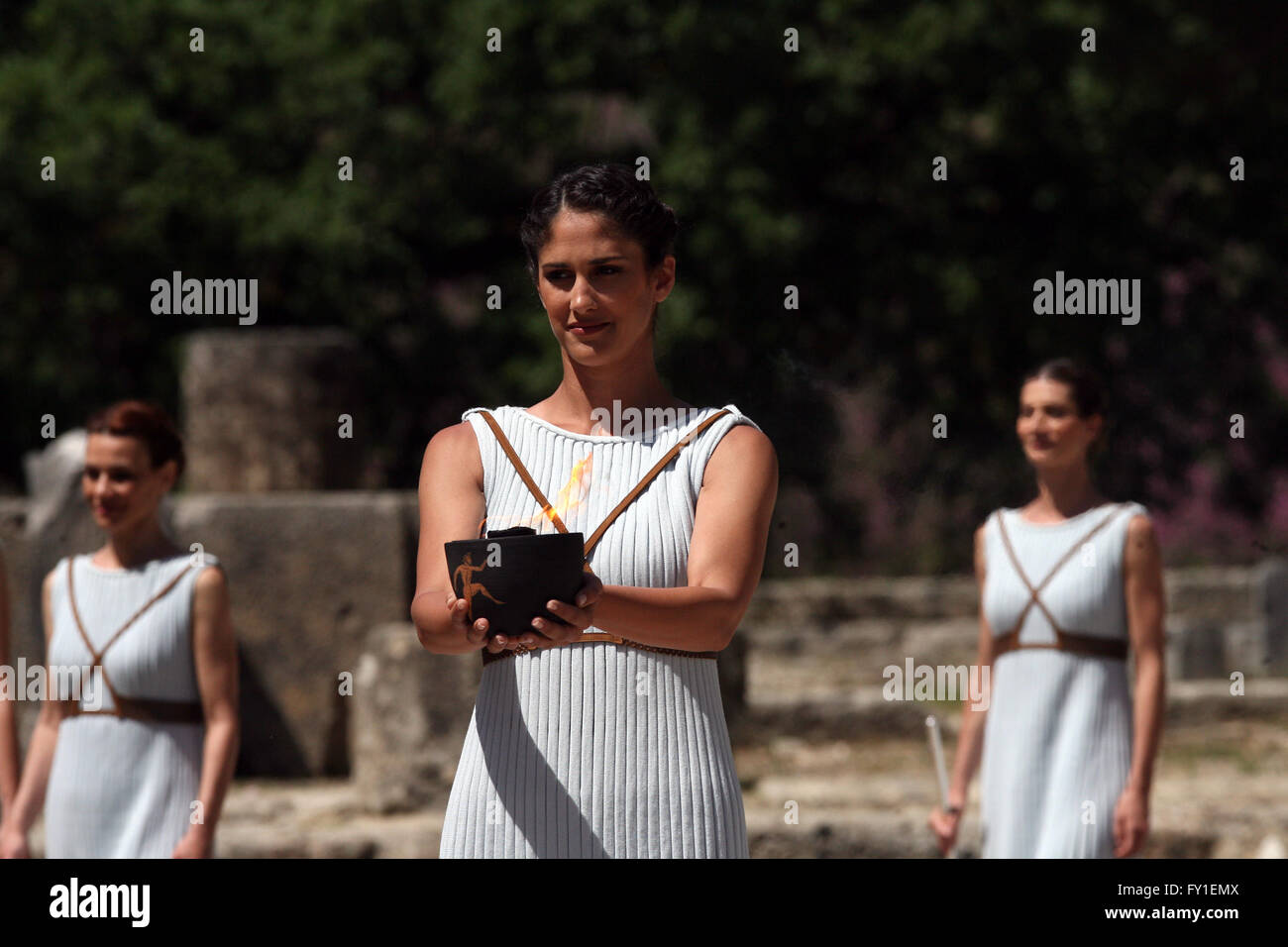 (160420) -- OLYMPIA, Greece, Apr 20, 2016 (Xinhua) -- An actresses acting as the role of ancient priestess carries - Stock Image