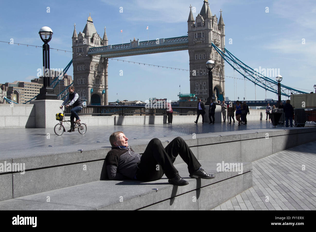 London Uk 20th April 2016 Uk Weather Office Workers And Tourists Enjoy A Beautiful Day And Warm Weather On London Riverside During Their Lunch Breaks