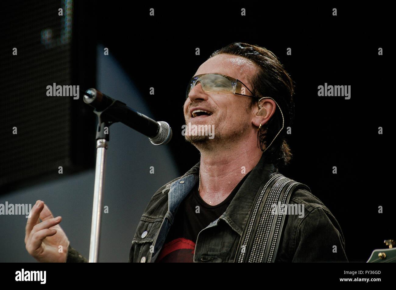 Live 8  at Hyde Park, London. 2 July 2005.U2, Bono - Stock Image