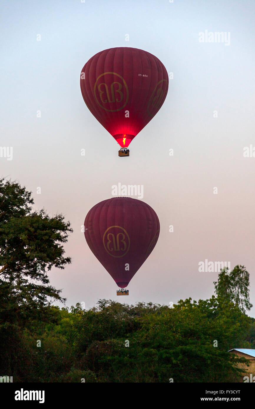 At dawn, the takeoff of hot air balloons over the surroundings of Bagan (Myanmar). Décollage de montgolfières - Stock Image