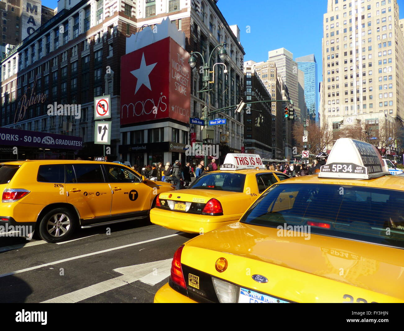 New York City, yellowcabs by Macy´s Department Store, world´s largest store - Stock Image