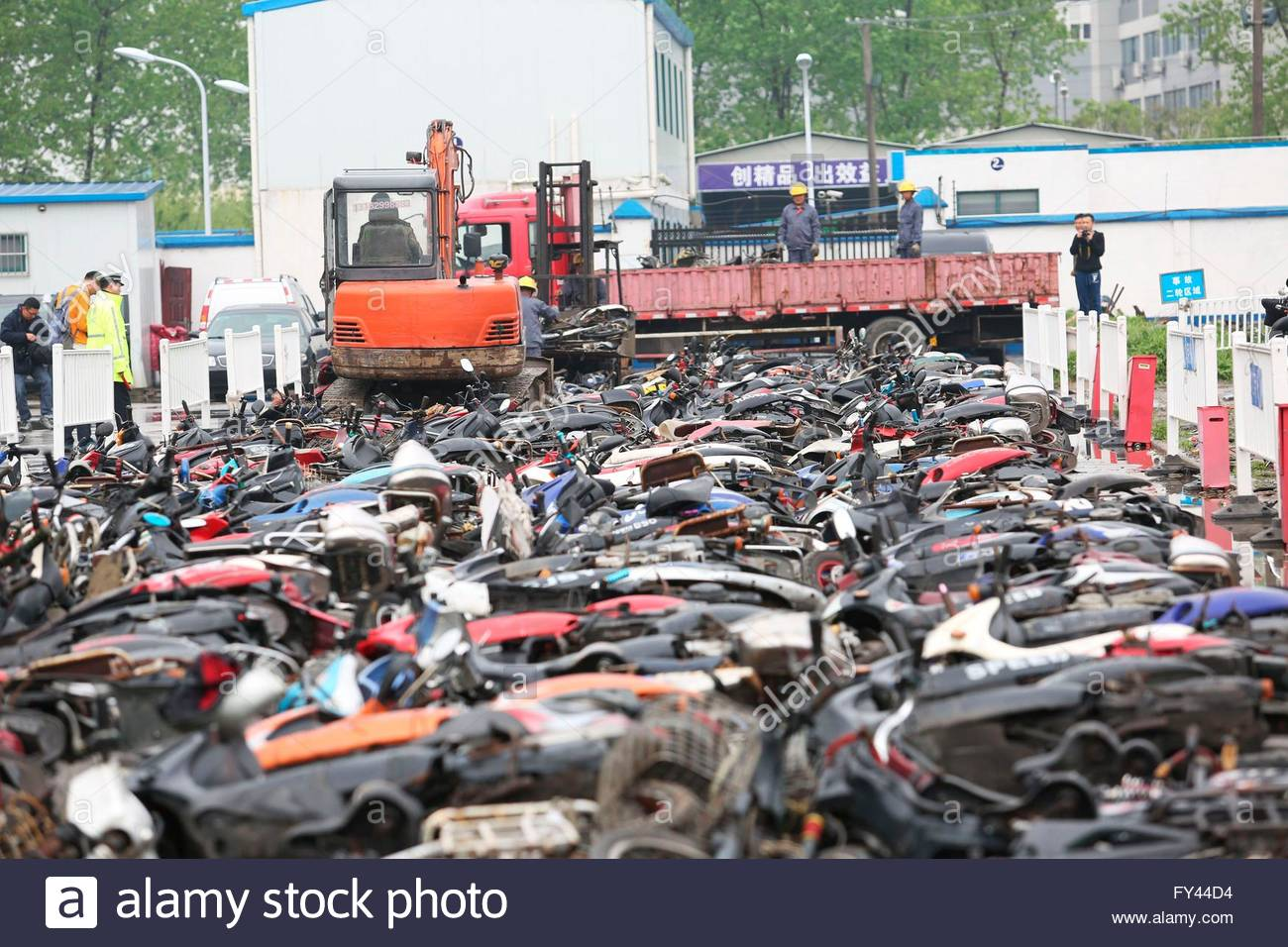 Shanghai, China. 21st April, 2016. More than 300 vehicles which conform to the scrap conditions according to relevant - Stock Image