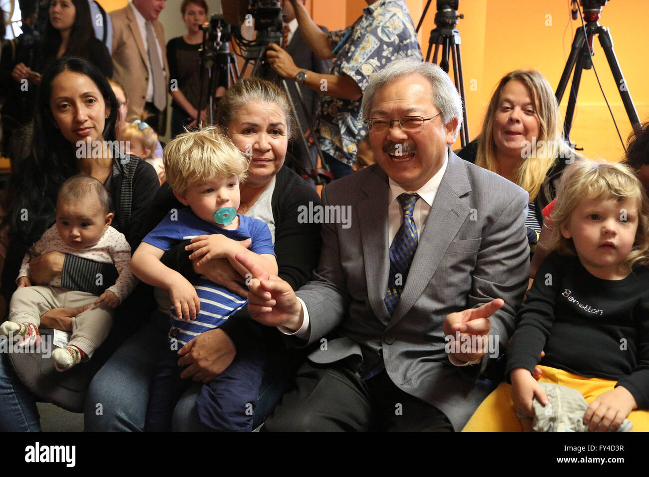 San Francisco, USA. 21st Apr, 2016. San Francisco Mayor Ed Lee interacts with mothers and children after signing - Stock Image