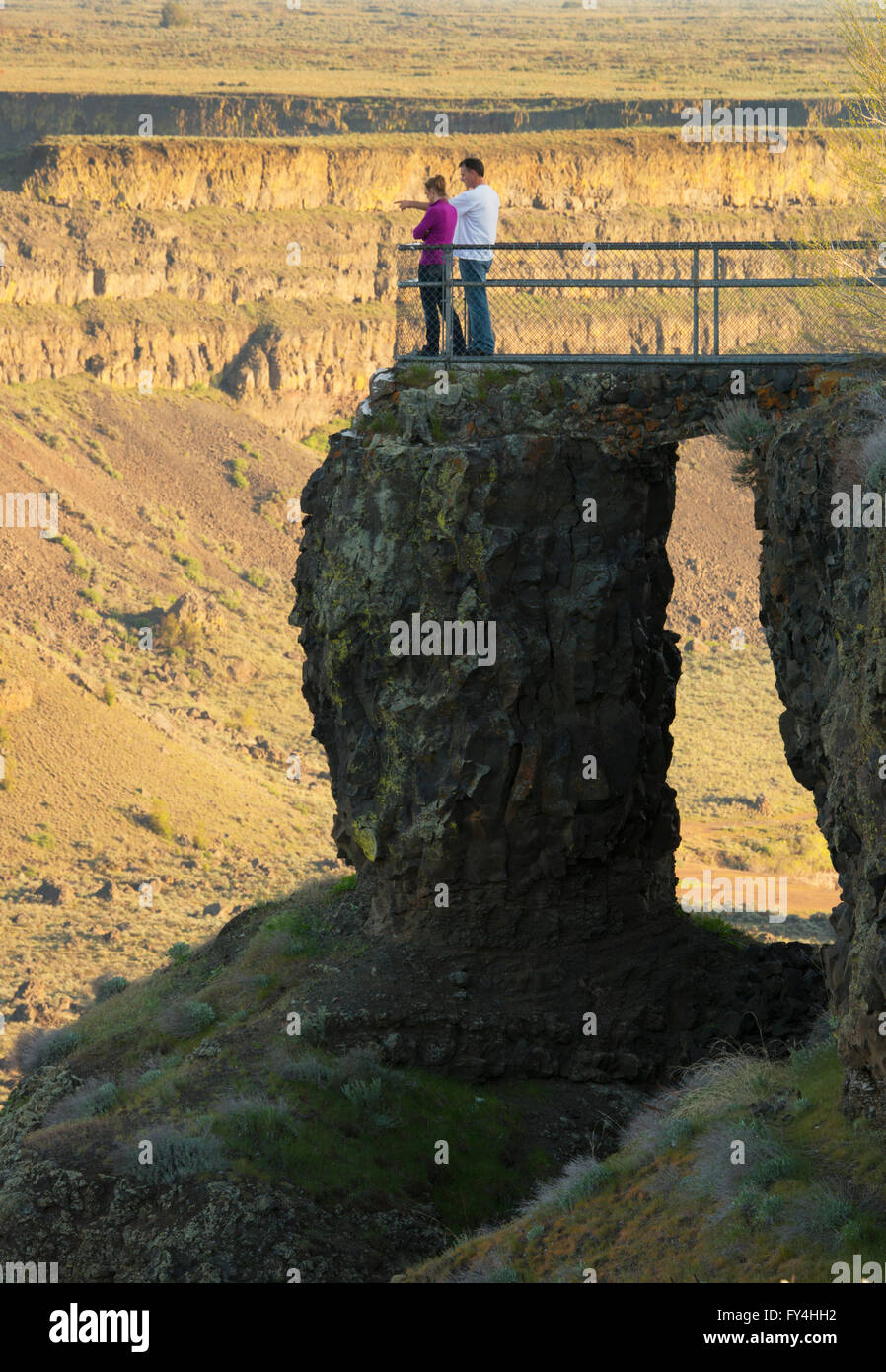 Couple at viewpoint, Dry Falls State Park, Site of massive Ice Age floods, Eastern Washington State. - Stock Image