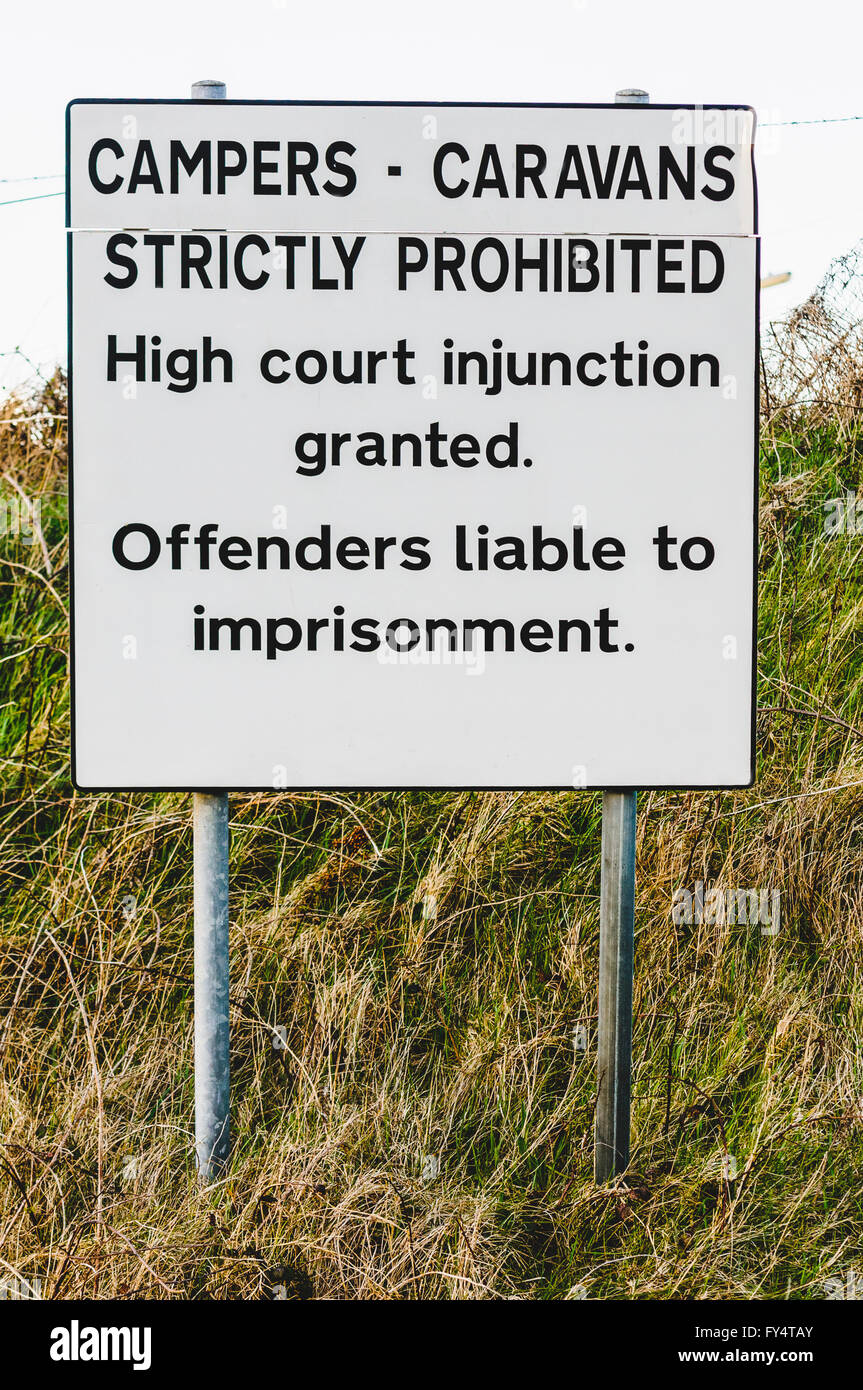 """Sign saying """"Campers, caravans strictly prohibited.  High court injunction granted.  Offenders liable to imprisonment."""" Stock Photo"""