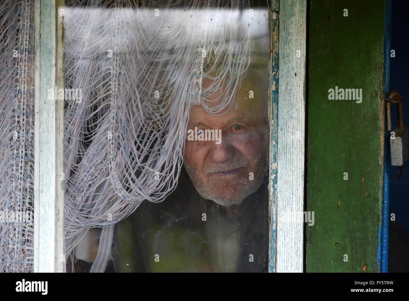 Gomel Region, Belarus. 22nd Apr, 2016. Ivan Shamyanok in a window of his house in the village of Tulgovichi, Khoiniksky - Stock Image
