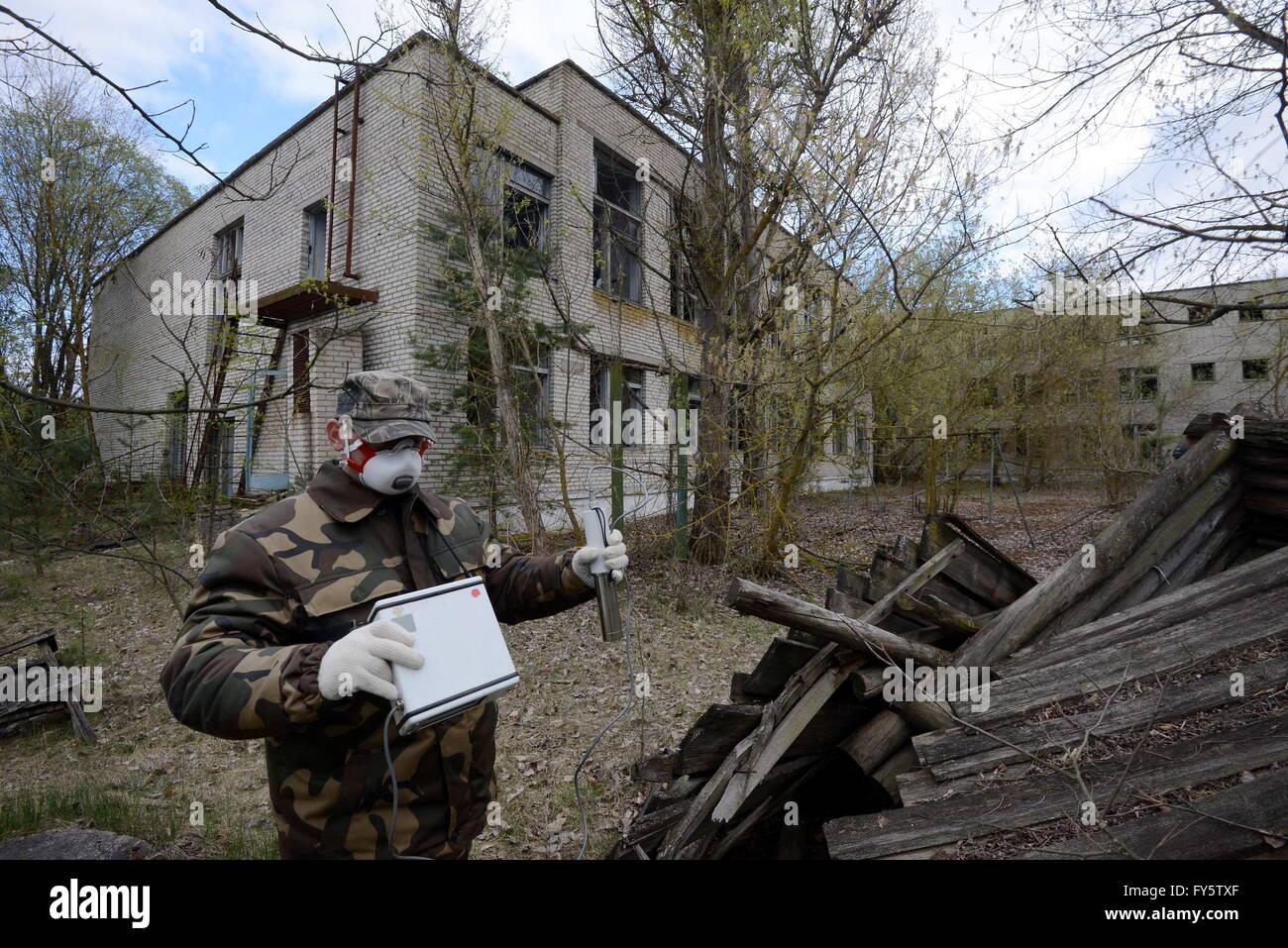 Gomel Region, Belarus. 22nd Apr, 2016. Measuring radiation level in the village of Tulgovichi, Khoiniksky District, - Stock Image