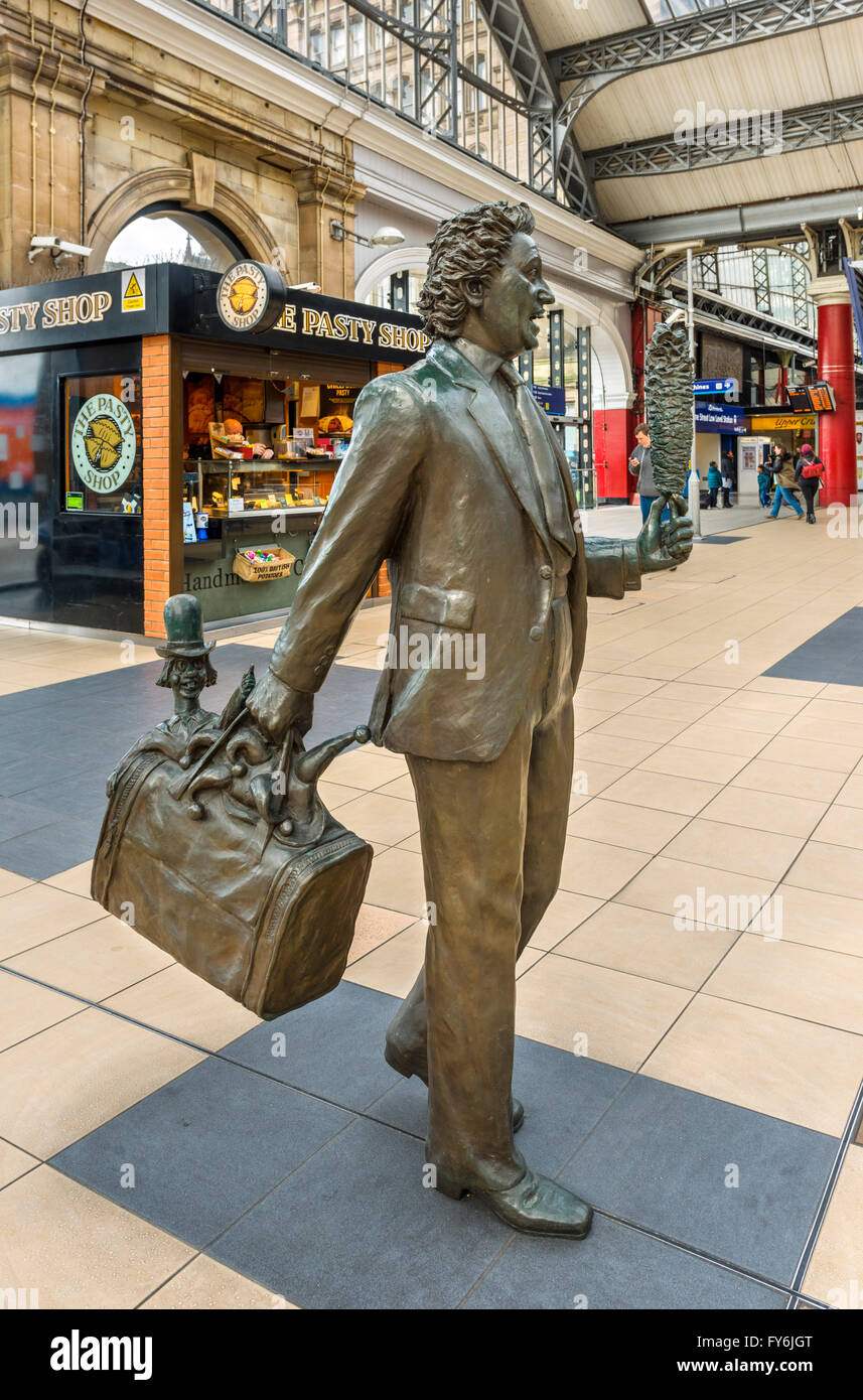 'Chance Meeting' statue of entertainer Ken Dodd by sculptor Tom Murphy, Lime Street railway station, Liverpool, - Stock Image