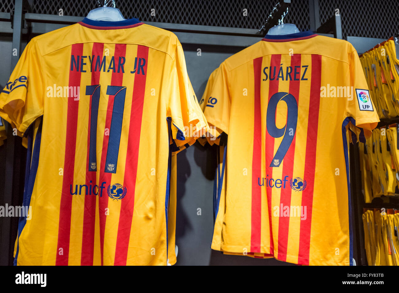Neymar and Souarez t-shirts in Barcelona boutique store outside Camp Nou stadium - Stock Image
