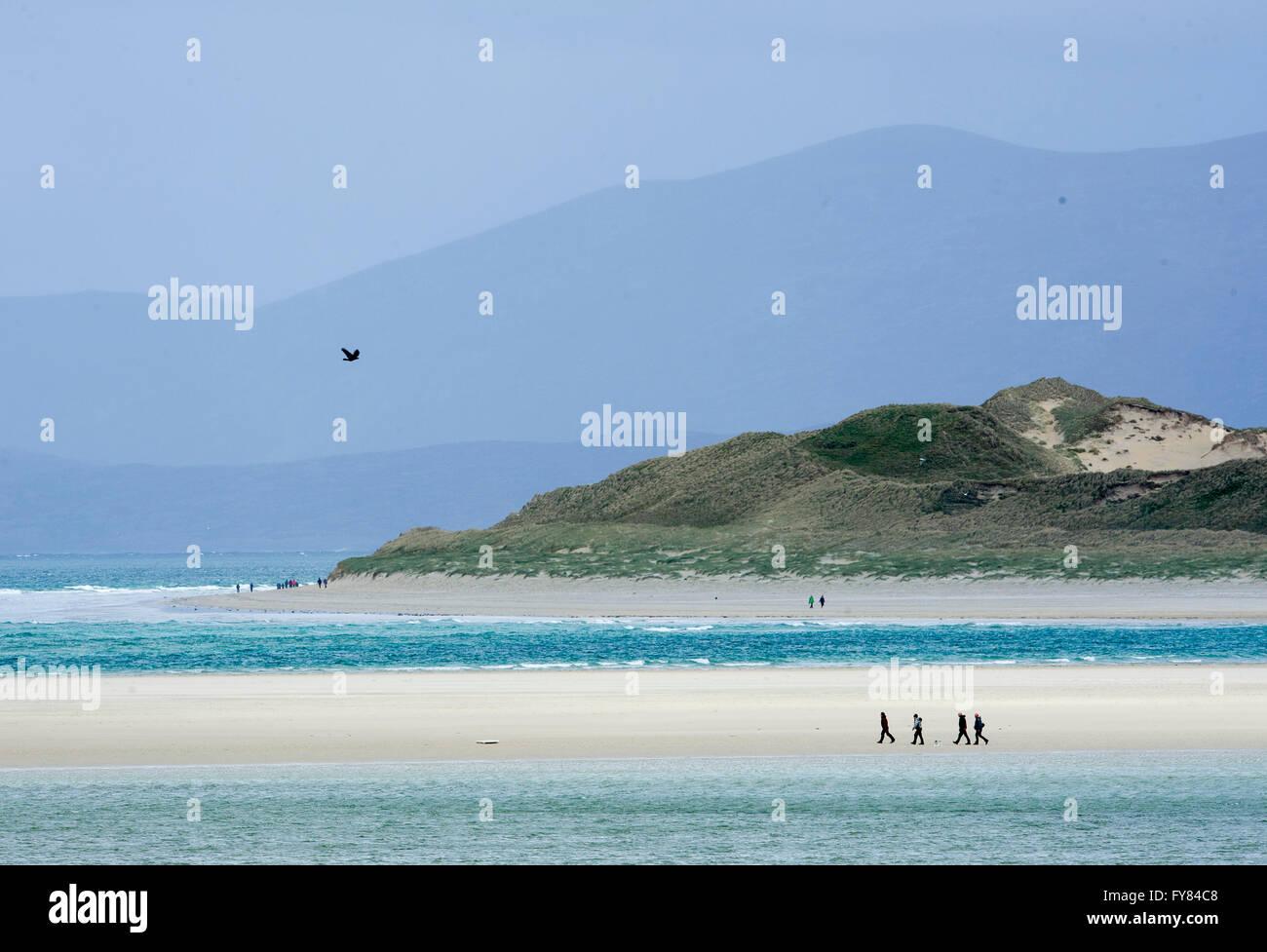 Walkers on Luskentyre beach, Isle of  Harris Scotland, UK. - Stock Image