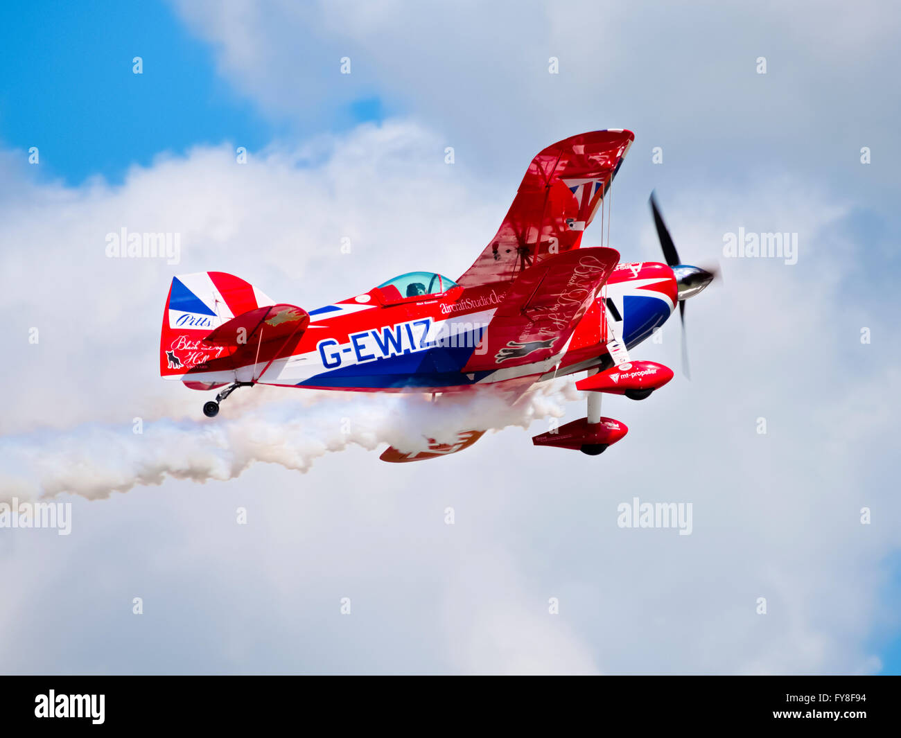 Pitts Special S-2S aerobatic biplane climbing and trailing white smoke - Stock Image