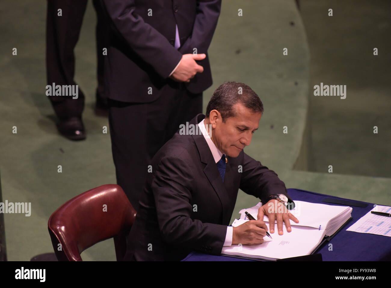 New York City, United States. 22nd Apr, 2016. Peruvian president Ollanta Humala signs the Paris Climate Accord. - Stock Image