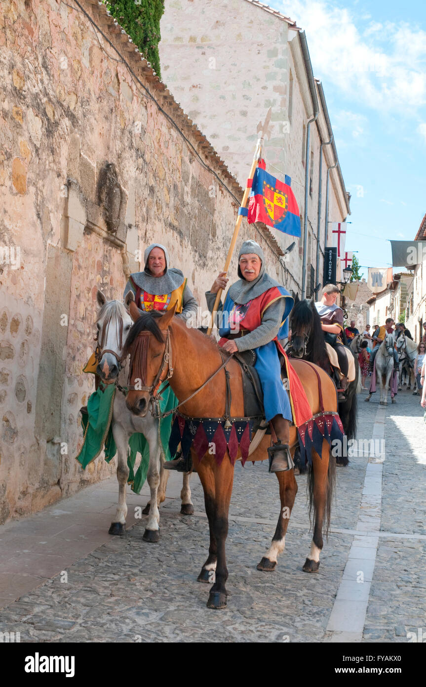 People wearing medieval clothes and riding horses. Medieval Days, Sigüenza, Guadalajara province, Castilla - Stock Image