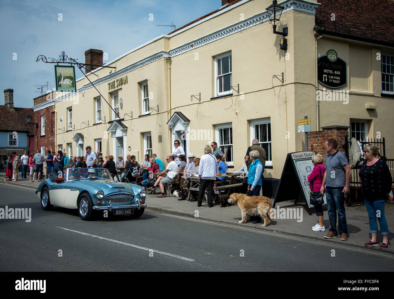 Punters enjoying warm weather, outdoors pub,  Thaxted, Essex, England - Stock Image