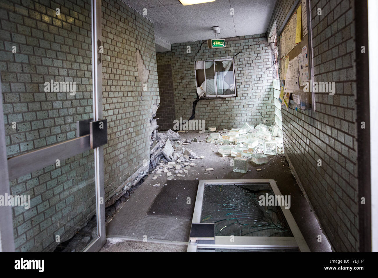 Ordinaire KUMAMOTO, JAPAN   APRIL 16: Broken Glass Door And Crack Wall Of An Entrance  Of An Apartment In Denmachi, Kumamoto Prefecture, Japan Are Seen On  Saturday ...