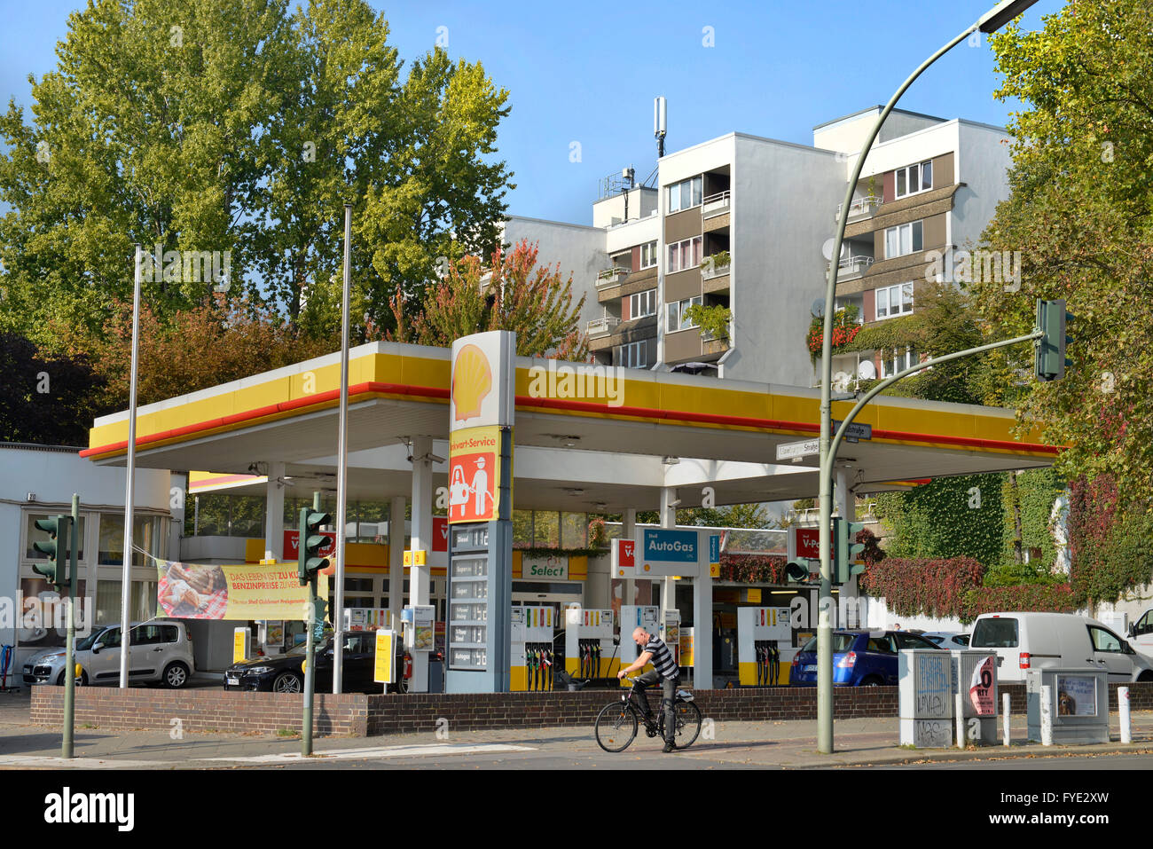 shell tankstelle stock photos shell tankstelle stock images alamy. Black Bedroom Furniture Sets. Home Design Ideas