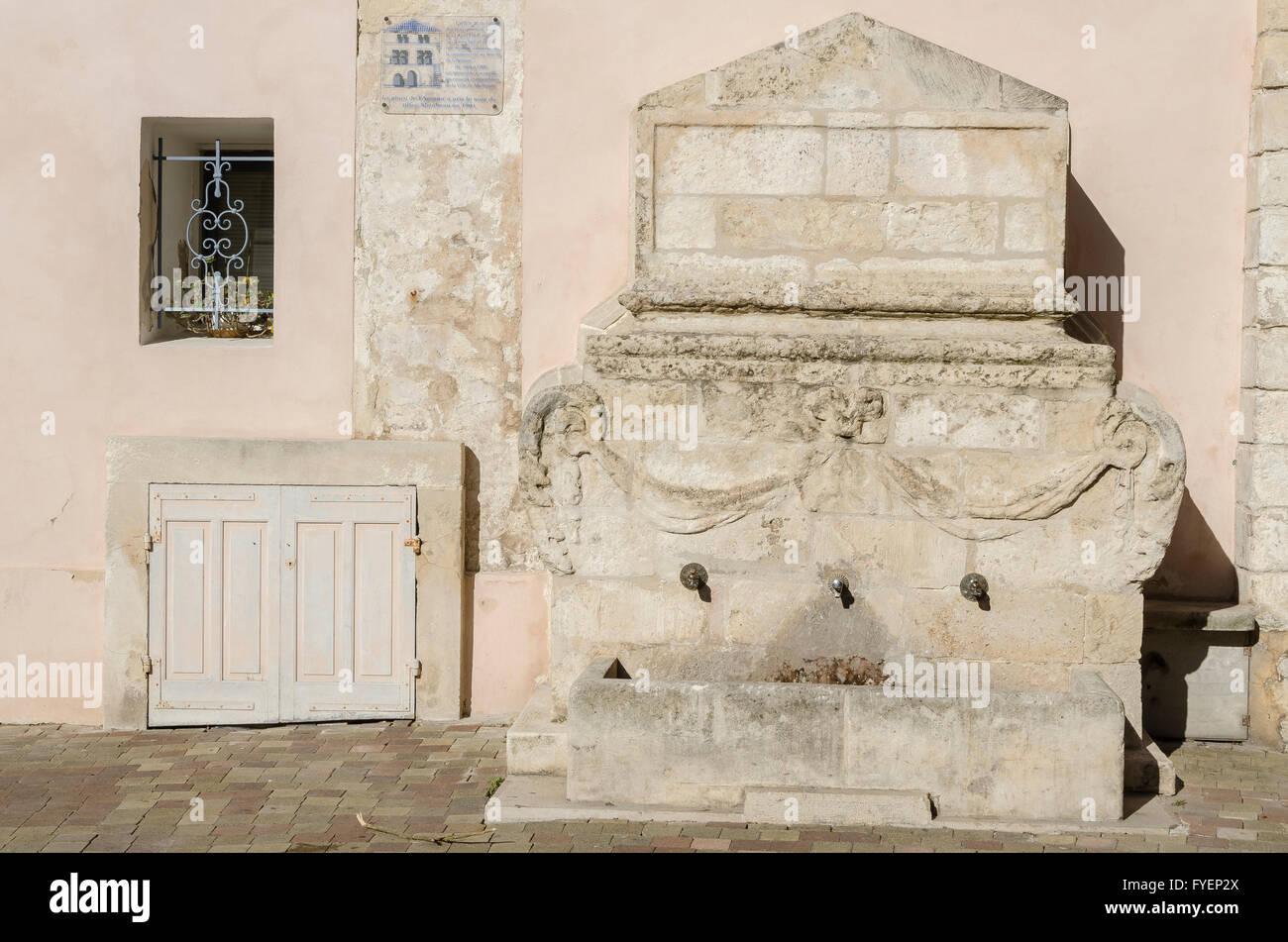 Fontaine adossée, place Mirabeau, Martigues, BDR, France 13 - Stock Image