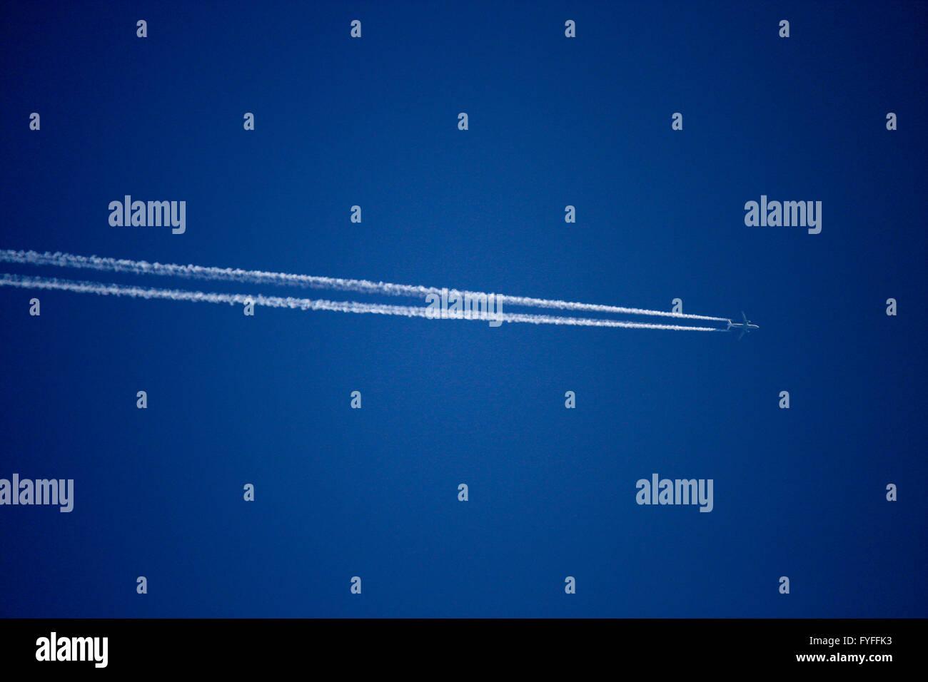 Flugzeug, Kondensstreifen . - Stock Image