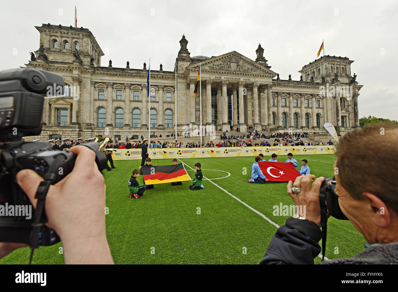 The blind footballing teams of Germany and Turkey - Stock Image
